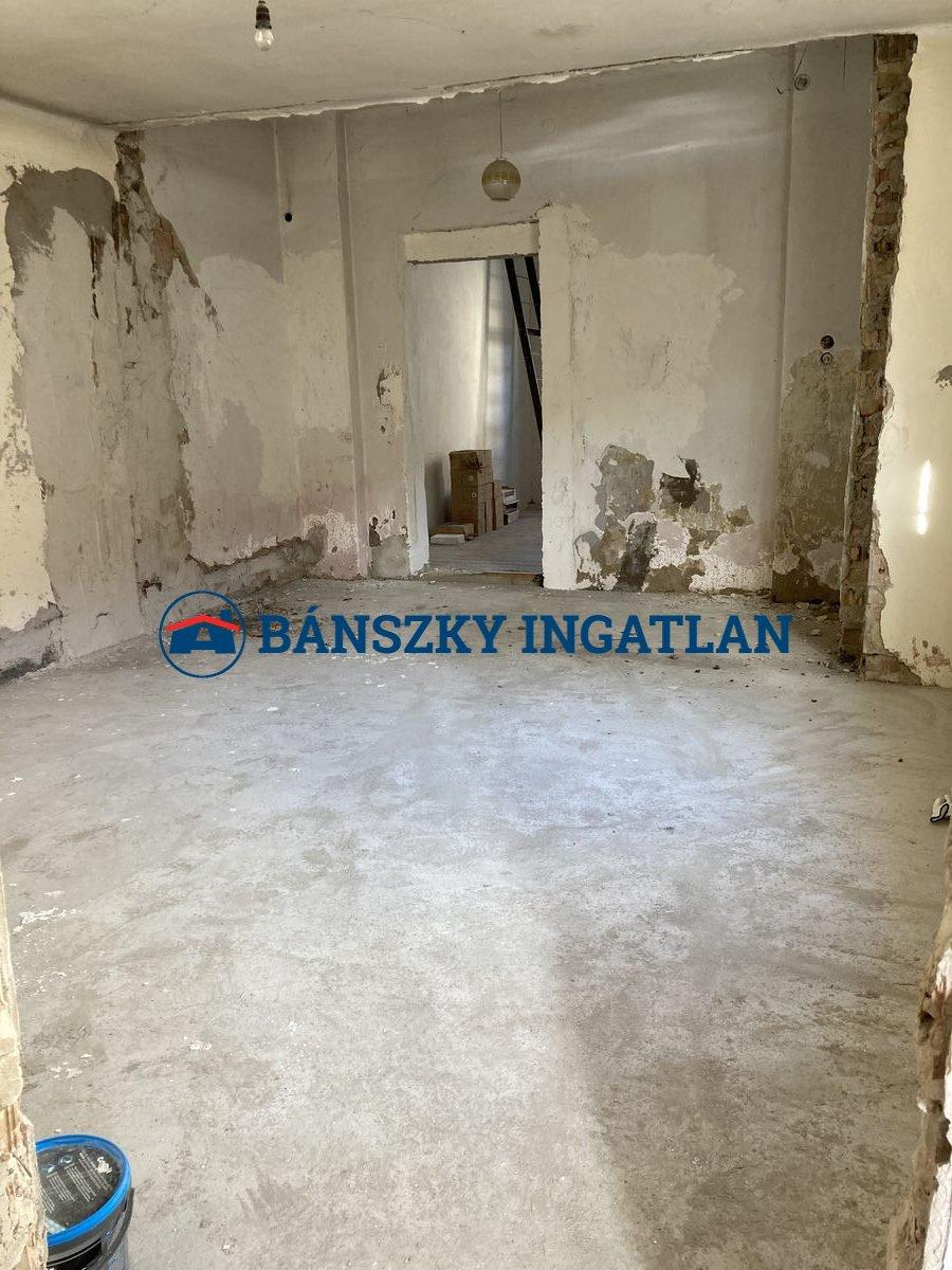 E/875 Esztergom ház, üzlet 21,5mft